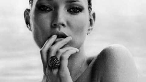 Kate Moss topless pour une marque de bijoux