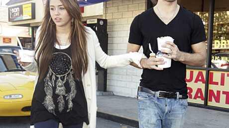 Miley Cyrus: son mec courtisé par sa rivale Selena Gomez