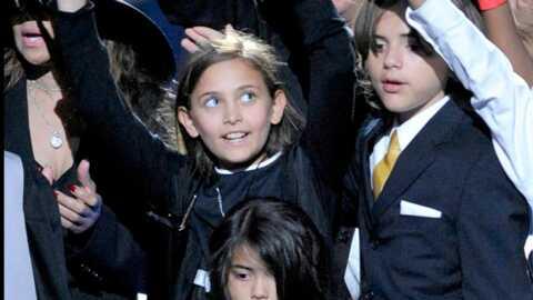 Les enfants de Michael Jacksonà l'école pour la première fois