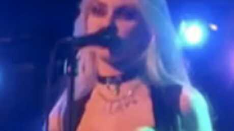 Taylor Momsen montre ses seins en plein concert