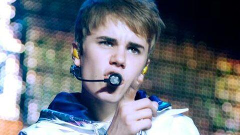 Justin Bieber se fait gronder par un steward