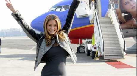 Bar Refaeli en bikini sur la carlingue d'un avion