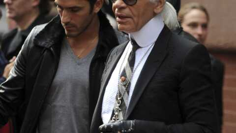 Karl Lagerfeld fait ses courses dans la rue