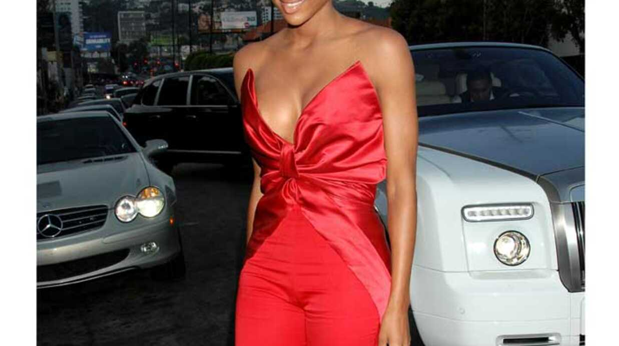 LOOK Ciara sublime et sexy en bustier rouge