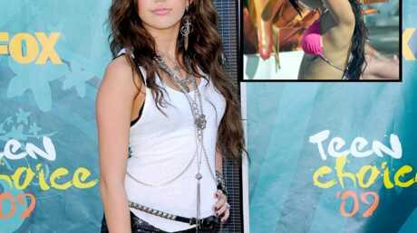 Miley Cyrus arbore un tatouage sous sa poitrine