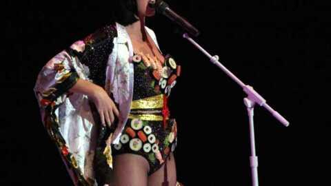LOOK Katy Perry sur scène avec un body en sushis