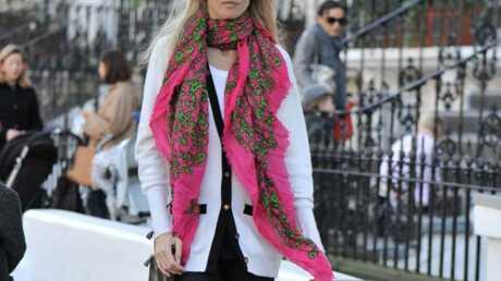 Claudia Schiffer préfère le foulard à l'écharpe