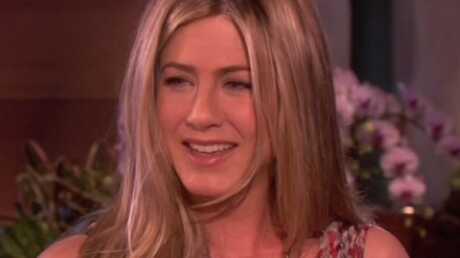 VIDEO: Jennifer Aniston enfile un soutien-gorge vibrant