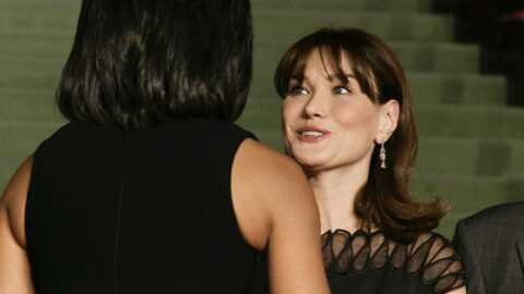 Michelle Obama offre une guitare Gibson à Carla Bruni-Sarkozy