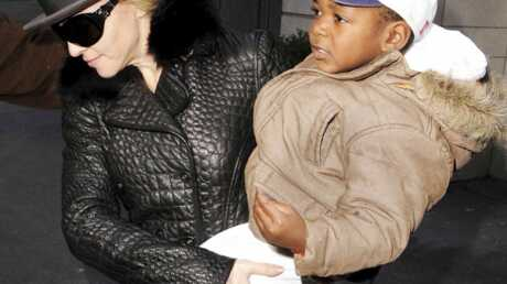 Madonna emmène David à l'orphelinat où elle l'a adopté