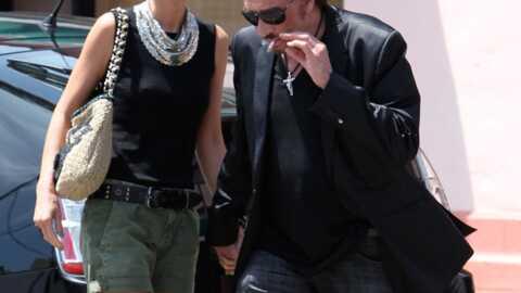 PHOTO Johnny Hallydayfume une cigarette devant Laeticia