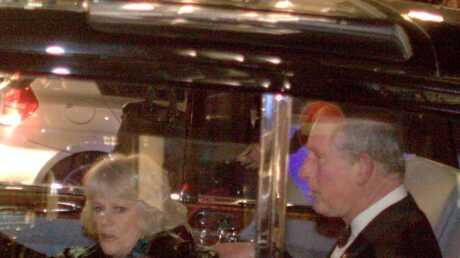Le Prince Charles et Camilla agressés par des manifestants!