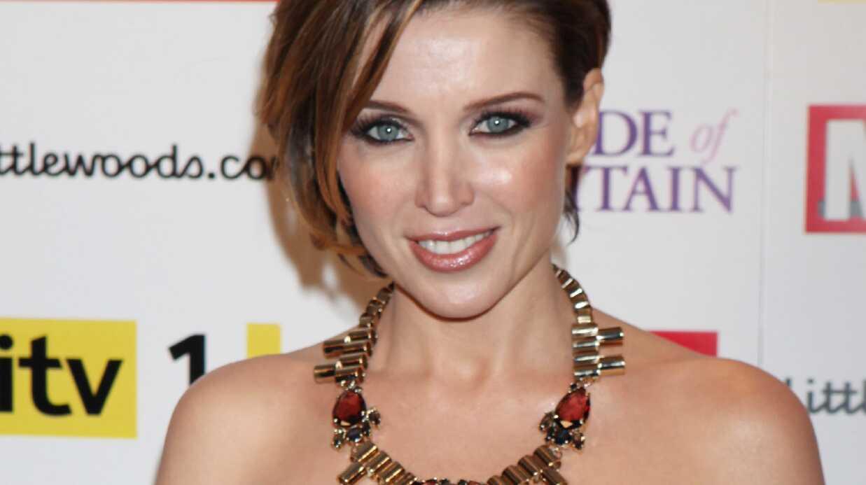 Dannii Minogue adore donner le sein!