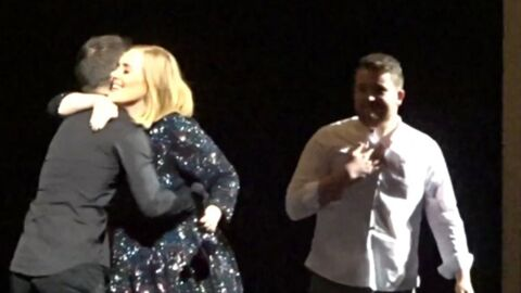 VIDEO Adele laisse deux fans chanter à son concert