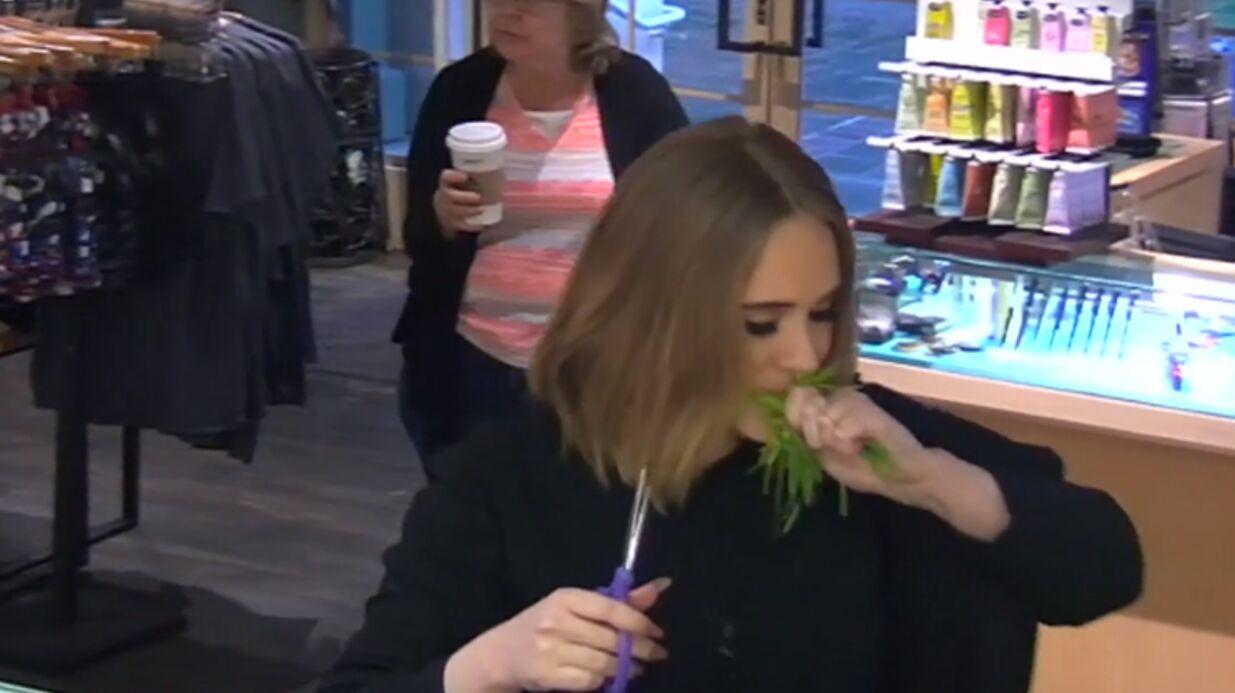 VIDEO Adele piège un serveur et mâche de l'herbe pour une caméra cachée