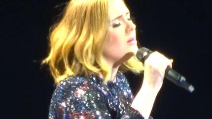 VIDEO Adele ne remarque pas que son micro est coupé et continue de chanter