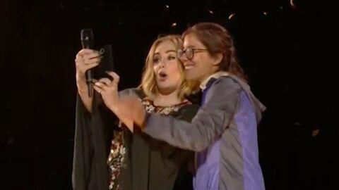 VIDEO Adele rote au visage d'une fan à cause d'un «mauvais burger»