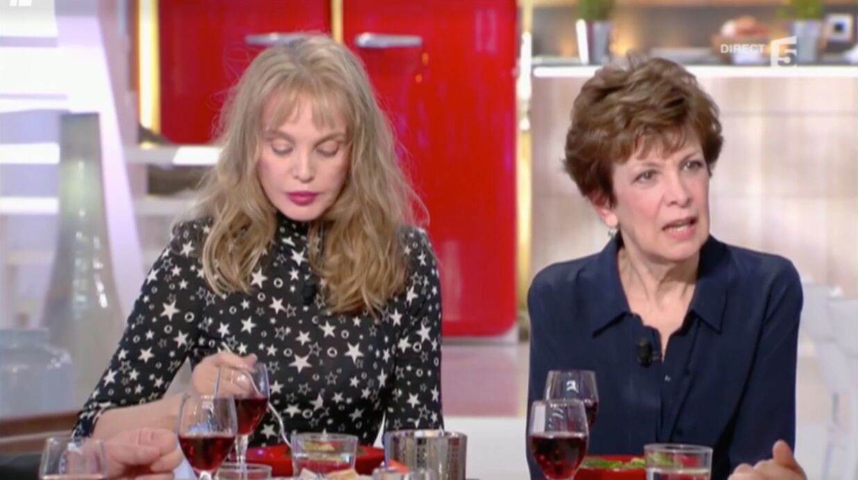 VIDEO Anne-Elisa­beth Lemoine fait une bourde face à Cathe­rine Laborde