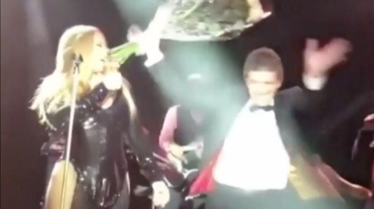 VIDEO Pompette, Antonio Banderas manque d'éborgner Mariah Carey avec un bouquet de roses