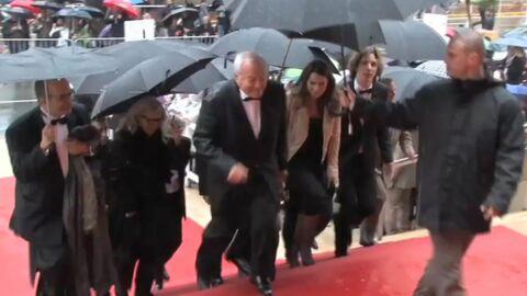 VIDEO Cannes sous la pluie: les people s'adaptent