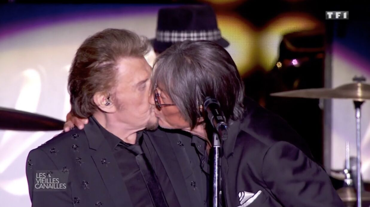 VIDEO Jacques Dutronc surprend Johnny Hallyday avec un bisou sur la bouche au concert des Vieilles Canailles