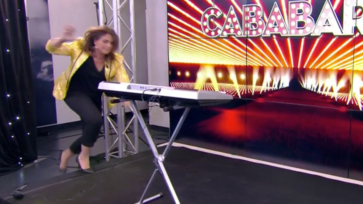 VIDEO Valérie Bénaïm chute en direct dans Touche pas à mon poste