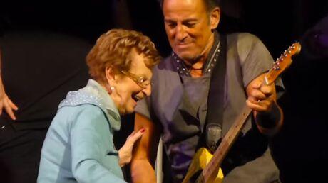 video-en-plein-concert-bruce-springsteen-rejoint-le-public-pour-danser-avec-sa-mere-de-90-ans