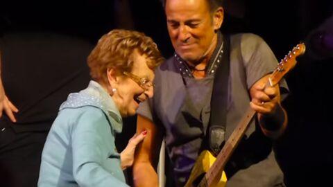 VIDEO En plein concert, Bruce Springsteen rejoint le public pour danser avec sa mère de 90 ans