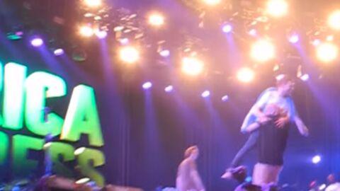 VIDEO Damon Albarn veut chanter plus que prévu, la sécurité le chasse de la scène
