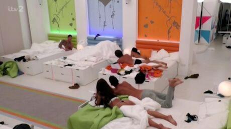 Des candidats de téléréalité couchent ensemble devant leurs camarades, les téléspectateurs médusés