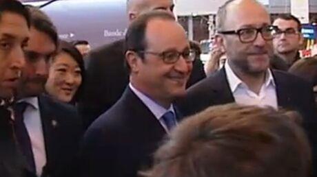 VIDEO François Hollande: au Salon du livre, il demande des nouvelles d'un auteur… décédé!