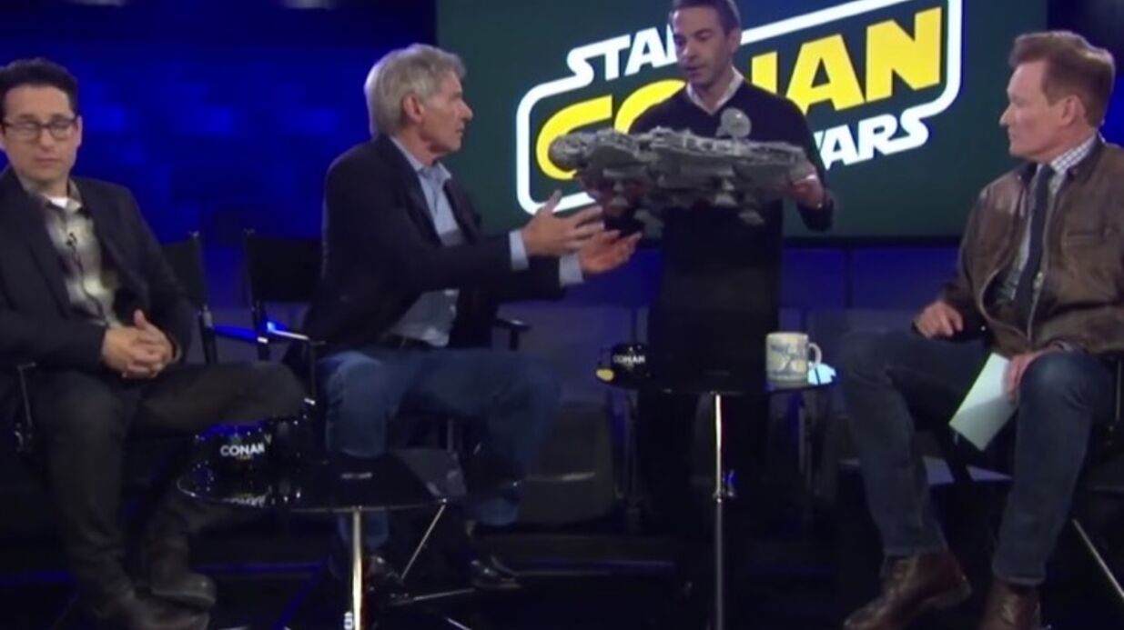 VIDEO Harri­son Ford casse volon­tai­re­ment un objet d'un fan de Star Wars, pour rire