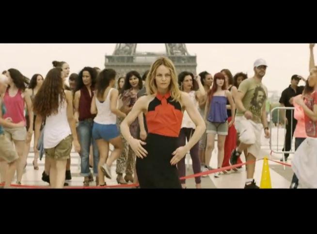 bf0bd660a72958 VIDEO Isabelle Adjani et Vanessa Paradis soulèvent leurs jupes - Voici