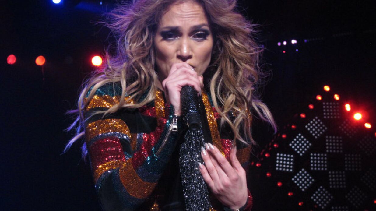 VIDEO Jennifer Lopez : ses fesses prennent l'air en plein concert !