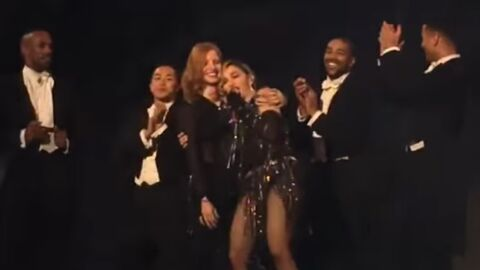 VIDEO Jessica Chastain donne une fessée à Madonna sur scène