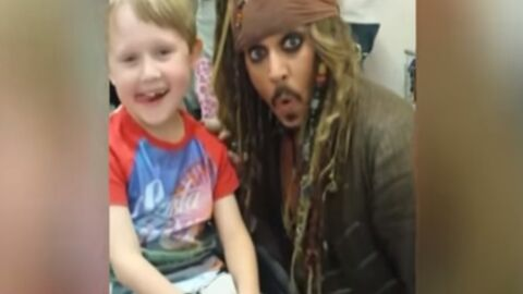 VIDEO Johnny Depp : l'acteur rend visite à des enfants malades en Jack Sparrow