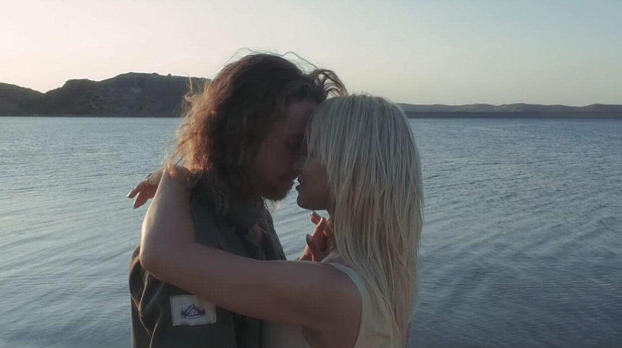 VIDEO Julien Doré séduit Pamela Anderson dans son nouveau clip