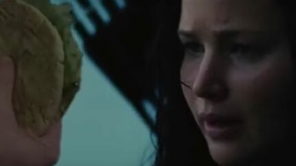 VIDEO Jennifer Lawrence hurle sur des pains pita dans un hilarant montage d'Hunger Games