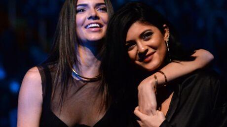 VIDEO Kylie Jenner glisse la main dans le short… de sa sœur Kendall