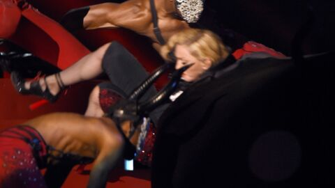 VIDEO L'hilarante (et lourde) chute de Madonna aux BRIT Awards