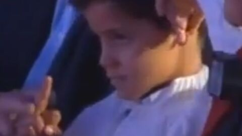VIDEO Cristiano Ronaldo Junior fait un doigt d'honneur pendant un discours de son père