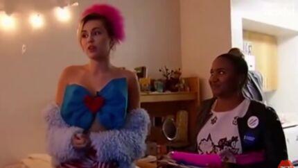 VIDEO Miley Cyrus: déguisée, elle débarque dans une fac pour inciter à voter pour Hillary Clinton