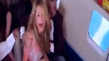 VIDEO Piégée, Paris Hilton pense que son avion va se crasher: grosse panique