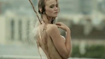 VIDEO Raphaëlle Dupire, l'ex-miss météo, entièrement nue dans une pub parodique