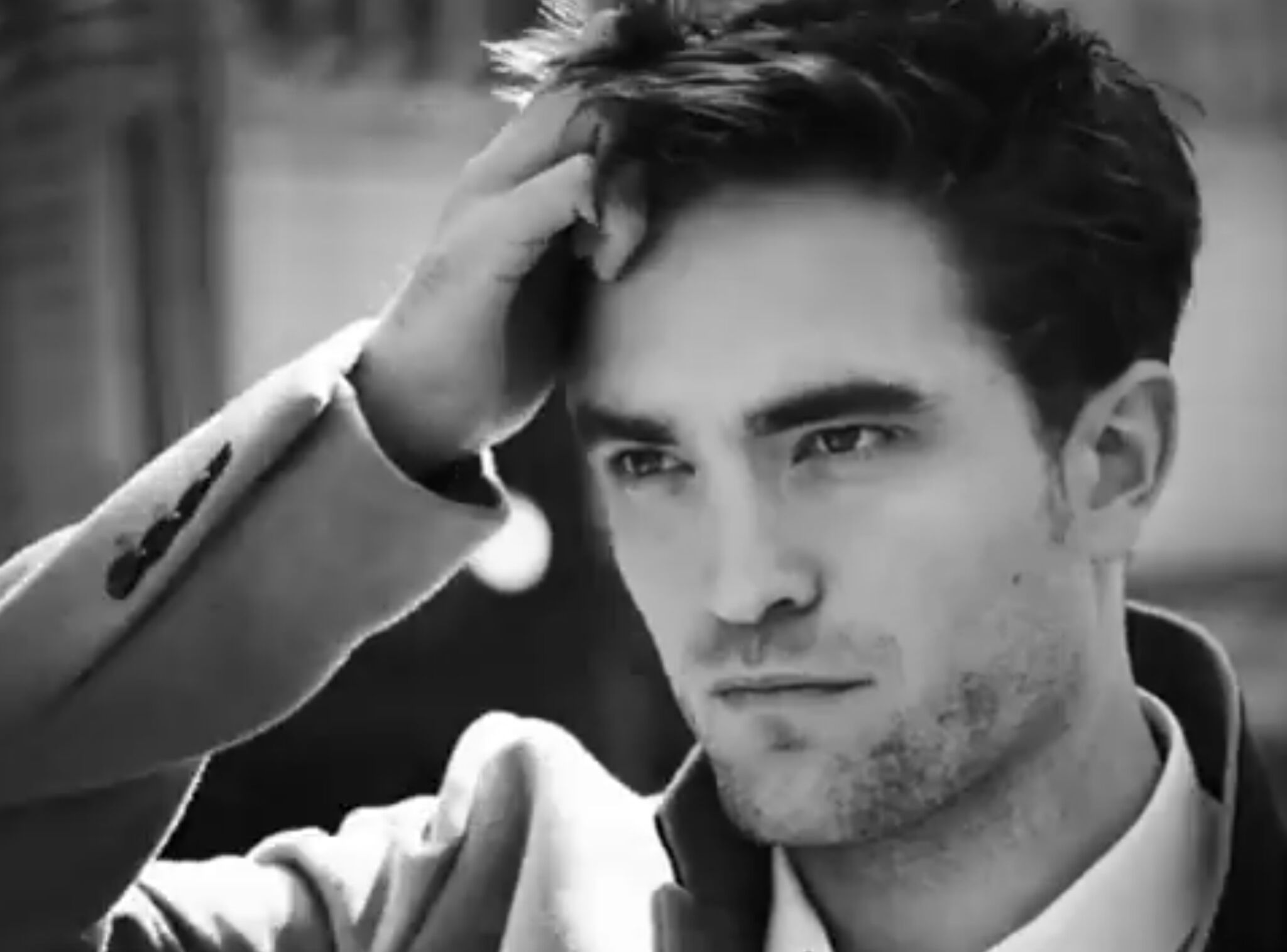 515c1029196a VIDEO Robert Pattinson tout en sensualité dans la dernière pub Dior Homme -  Voici