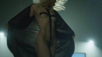 VIDEO Taylor Momsen chante entièrement nue dans son dernier clip