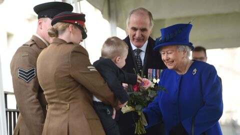 VIDEO Elizabeth II: effrayé par la reine, un petit garçon pique une colère monstrueuse et c'est très drôle