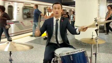 VIDEO Joseph Gordon-Levitt joue de la batterie dans le métro, personne ne le reconnaît