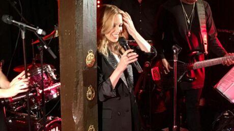 VIDEO Kylie Minogue donne un concert surprise dans un pub de village anglais
