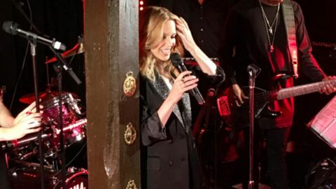 VIDEO Kylie Minogue donne un concert surprise dans un pub de village anglais
